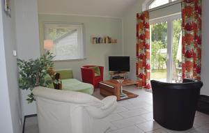 Ein Sitzbereich in der Unterkunft Holiday Home Gerolstein/Hinterhaus. with a Fireplace 01