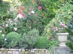 A garden outside La Nesquière Chambres d'Hôtes