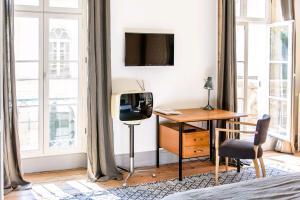 A television and/or entertainment center at L'esprit du 8