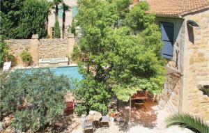 Ein Blick auf den Pool von der Unterkunft Holiday home Rue de la Serre oder aus der Nähe