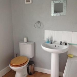 A bathroom at Gillingham Terrace