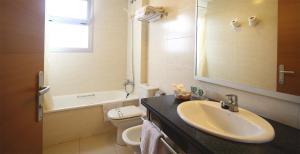 Een badkamer bij AQUA Hotel Nostre Mar Apartments