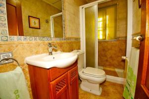 A bathroom at Arenales Great Home with AC, Pool and Barbecue