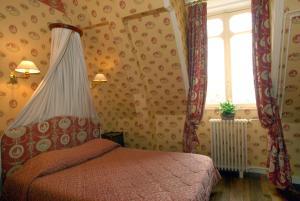 A bed or beds in a room at Château De L'aubrière - Les Collectionneurs