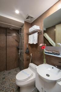 A bathroom at Babylon Garden Hotel & Spa