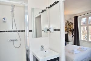 A bathroom at Hotel des Arts