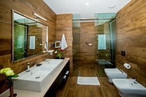 Ein Badezimmer in der Unterkunft Bioli Wellness Resort