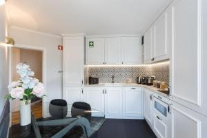 A kitchen or kitchenette at Lisbon Airport Charming Rooms