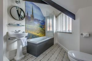 A bathroom at The Maids Head Hotel