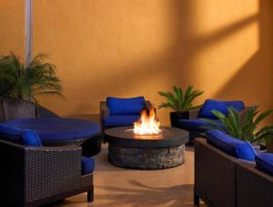 A seating area at Sheraton Agoura Hills Hotel