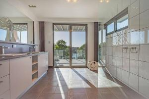 A kitchen or kitchenette at The Cove Bay of Fires
