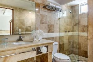 Un baño de Quality Inn Mazatlan