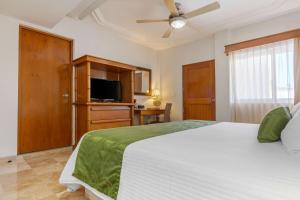 Cama o camas de una habitación en Quality Inn Mazatlan