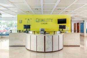 El vestíbulo o zona de recepción de Quality Inn Mazatlan