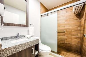 A bathroom at Sleep Inn Villahermosa