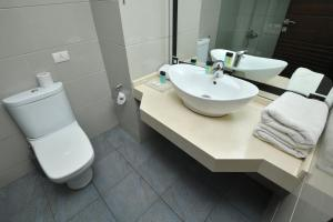A bathroom at Hollywood Inn Boutique Hotel