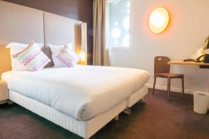 A bed or beds in a room at Hotel Campanile Montpellier Centre St Roch