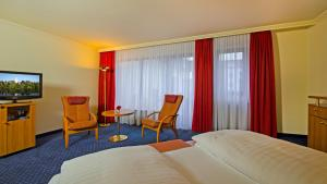 A television and/or entertainment center at Parkhotel Bad Homburg