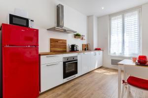 A kitchen or kitchenette at MISIRLOU -Superbe Studio dans la Vieille Ville