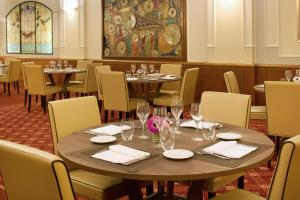 A restaurant or other place to eat at Starhotels Business Palace