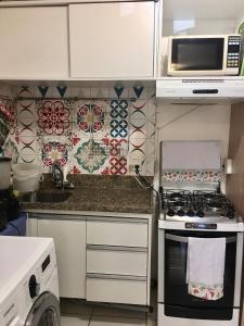 A kitchen or kitchenette at Life Resort - Flat Aconchegante