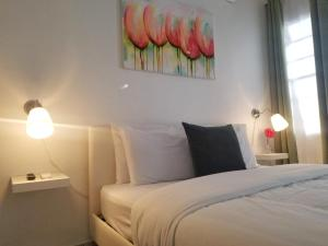 A bed or beds in a room at Aibonito Hotel 202