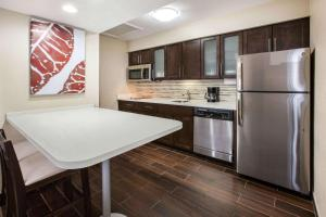 A kitchen or kitchenette at Hawthorn Suites by Wyndham Detroit Southfield