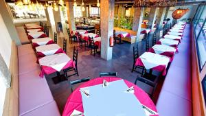 Een restaurant of ander eetgelegenheid bij Ura Jardín Del Atlántico