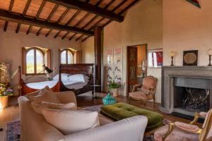 A seating area at Castello Di Vicarello