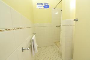 A bathroom at Edenhope Motor Inn