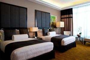 A bed or beds in a room at The Majestic Hotel Kuala Lumpur, Autograph Collection