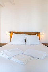 A bed or beds in a room at Au Vallon - doublon