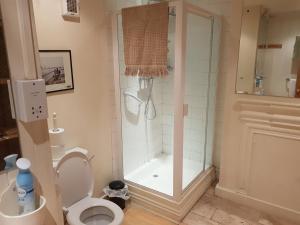 A bathroom at KEYFIELD TERRACE SERVICED APARTMENTS