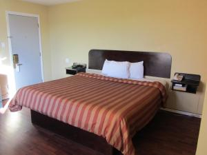 A bed or beds in a room at El Paso Inn TX - Airport