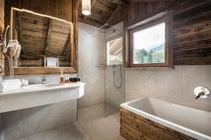 A bathroom at Alpenhotel Plaza