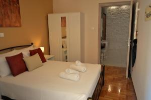 A bed or beds in a room at Central & Comfortable, 70m² Apt in Neos Kosmos
