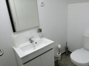 A bathroom at Hostel Douro Backpackers