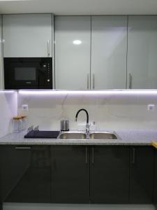 A kitchen or kitchenette at Hostel Douro Backpackers