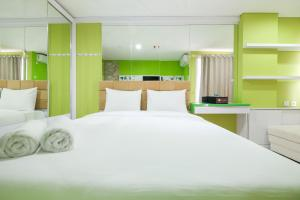 A bed or beds in a room at Best Price Studio @ The Enviro Apartment By Travelio