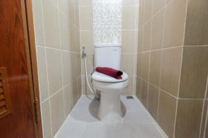 A bathroom at Best Price Studio @ The Enviro Apartment By Travelio