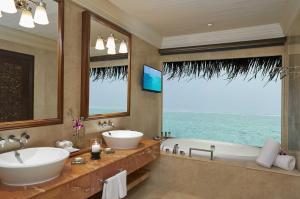 Łazienka w obiekcie Taj Exotica Resort & Spa