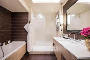 A bathroom at Grand Hôtel Du Palais Royal