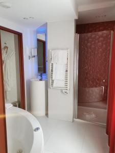 A bathroom at Déclic Hotel