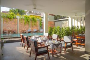 A restaurant or other place to eat at Mony Reach Angkor Hotel