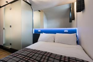 A bed or beds in a room at CoDE Pod – The CoURT - Edinburgh