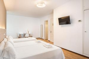 A bed or beds in a room at Hostal Jume - Urban Rooms