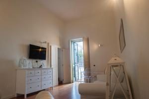 A television and/or entertainment centre at Bed And Travel Apartment Santa Lucia