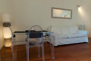 A seating area at Bed And Travel Apartment Santa Lucia