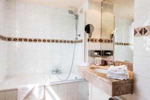 A bathroom at Hôtel De Mougins
