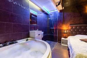 A bathroom at Les Suites du Vieux-Port